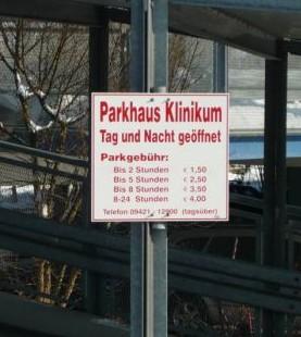табличка с ценами цены на парковку